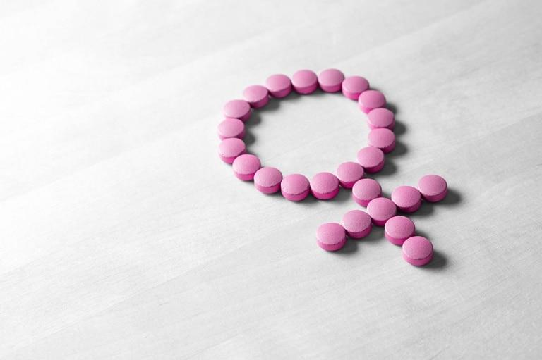 Erste Forschungsergebnisse weisen darauf hin, dass das Darmmikrobiom eine zentrale Rolle bei der Regulierung körpereigener Hormone spielt und somit das Risiko, hormonell bedingte Erkrankungen zu entwickeln, beeinflussen könnte.