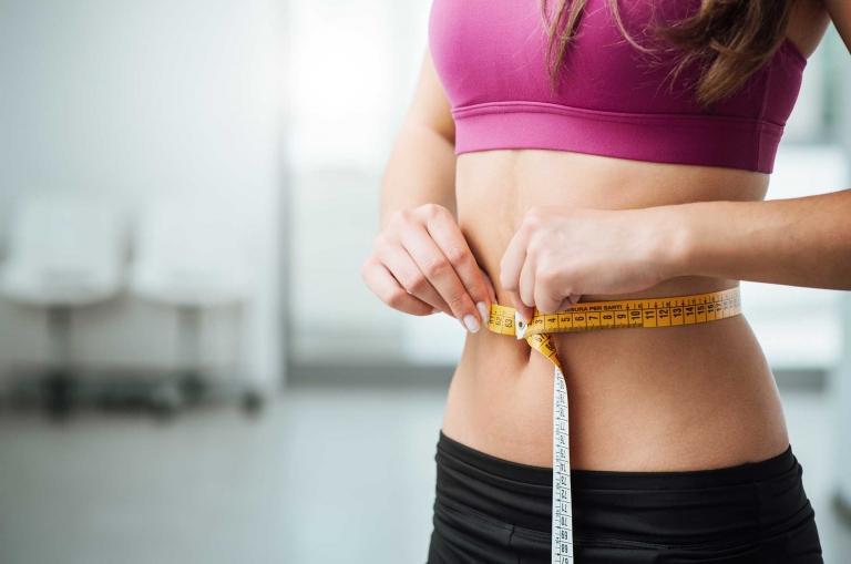 Bewegungsmangel, hochkalorische sowie einseitige Ernährung und Stress können für zu viel Körperfülle verantwortlich sein.