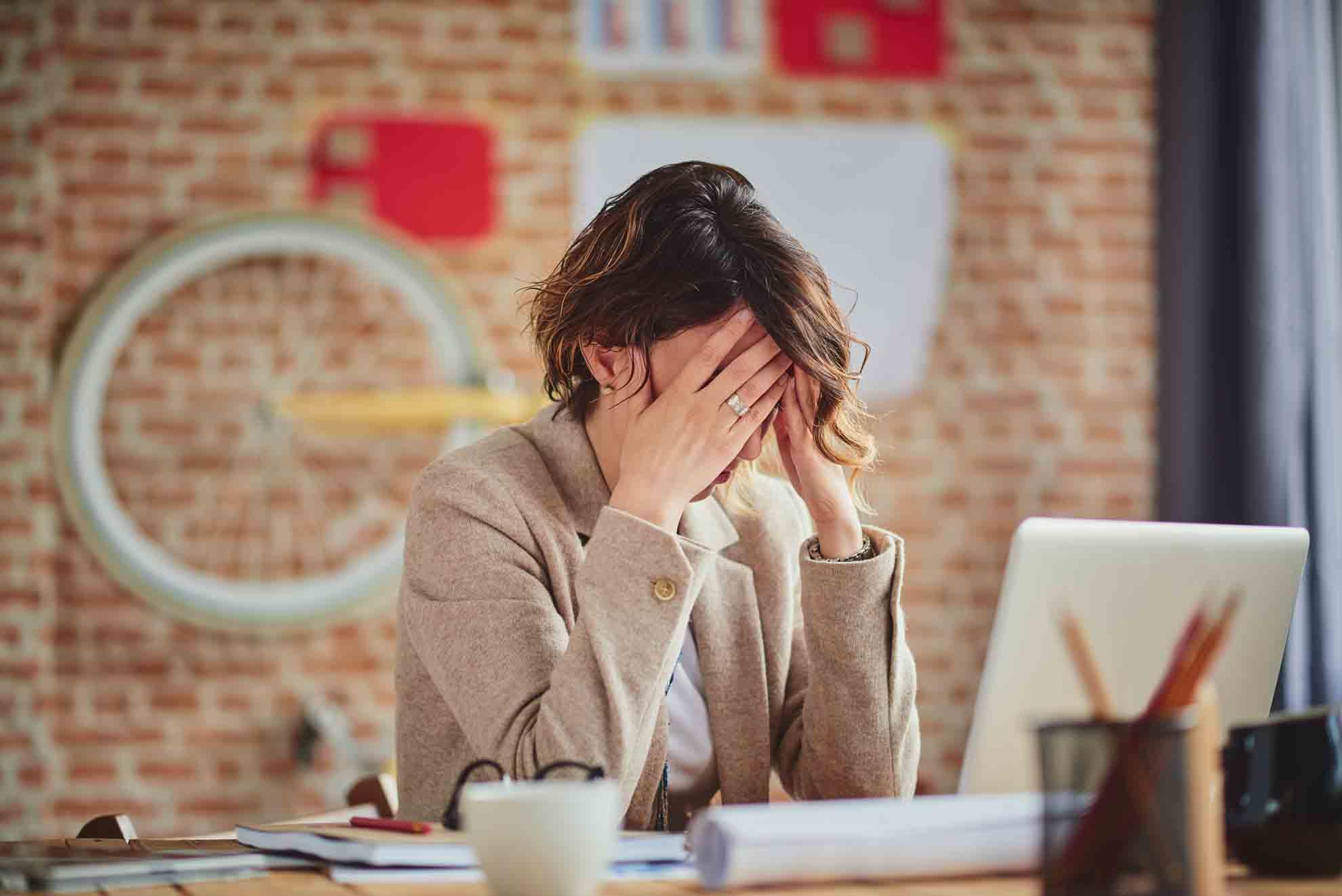 Unser Gehirn reagiert auf diese Entzündungen und das Fehlen des Glückshormons sehr rasch. Anfangs nur mit schlechter Laune und STIMMUNGSSCHWANKUNGEN, später mit Konzentrationsschwäche, nervlicher Überlastung und schließlich dem totalen Burn-out.