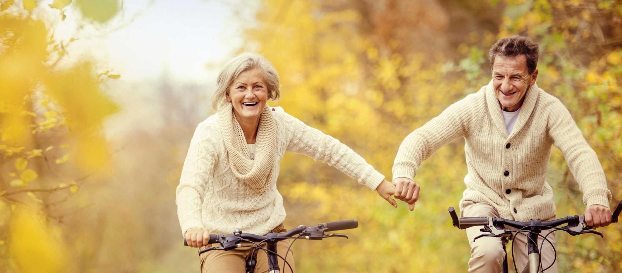 Grundsätzlich ist davon auszugehen, dass eine Kombination aus genetischer Veranlagung, z. B. in Hinblick auf die Zellalterung, Umwelteinflüsse, das soziale Umfeld sowie epigenetische Veränderungen, im Laufe des Lebens das Altern beeinflusst.