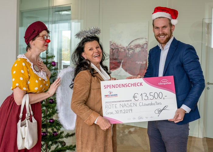 Spendenaktion Institut AllergoSan: 13.500 Euro gehen an die ROTE NASEN Clowndoctors.