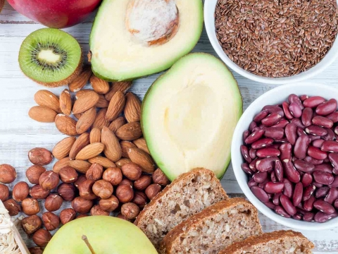 Es handelt sich um Ballaststoffe, wie Inulin oder Fructose-Oligosaccharide, die im Dünndarm nicht aufgespalten und verdaut werden können und somit intakt in den Dickdarm gelangen.