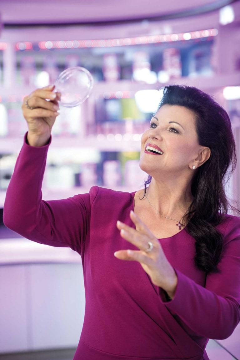 Frau Mag. Anita Frauwallner mit Darmbakterien in einem Reagenzglas