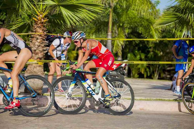 Sara Vilic vom OMNi-BiOTiC® Power-Team am Rad während eines Triathlons.